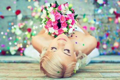 Obraz Krásná blondýna nevěsta s kyticí květin