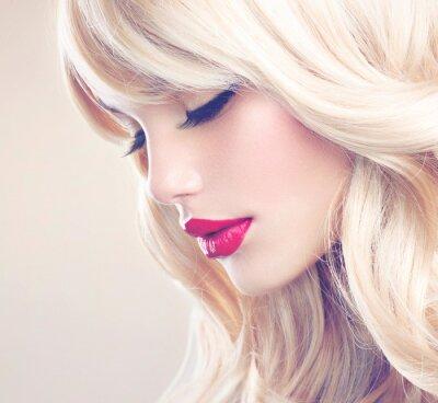 Obraz Krásná blondýnka s zdravé dlouhé vlnité vlasy. Šedé vlasy