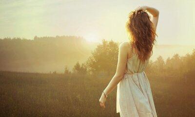 Obraz Krásná brunetka žena pozorovat západ slunce