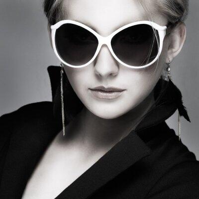 Obraz krásná dívka je v módní styl na šedém pozadí, glamour