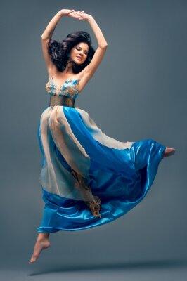 Obraz krásná dívka plovoucí ve vzduchu, modré hedvábné šaty