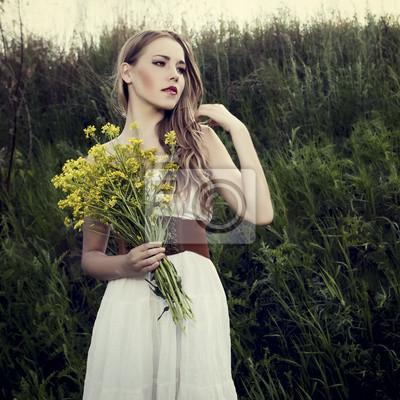 krásná dívka v divokém lese