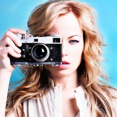 Obraz krásná fotograf žena drží retro fotoaparát