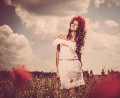 Obraz Krásná mladá brunetka v máku podána