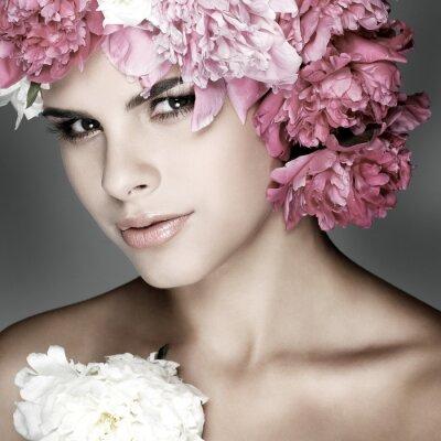 Obraz krásná mladá dívka s růžovými květy