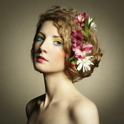 Obraz Krásná mladá žena s jemnými květy ve vlasech