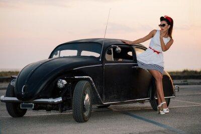 Obraz Krásná pin-up girl pózování s teplou silničním vozem