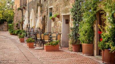 Krásná ulice zdobená květinami, Itálie