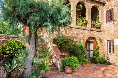 Krásná veranda v malém městě v Toskánsku