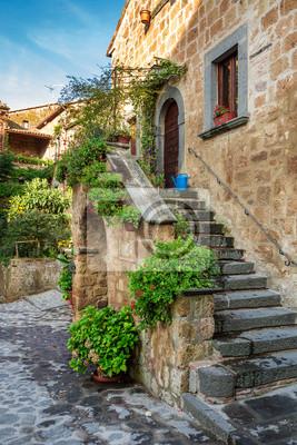 Krásná veranda ve starém městě v Itálii