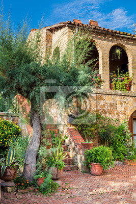 Krásná veranda ve starobylém městě v Toskánsku