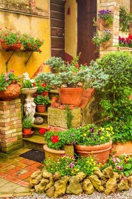 Krásná veranda zdobené květinami v přírodě, Itálie