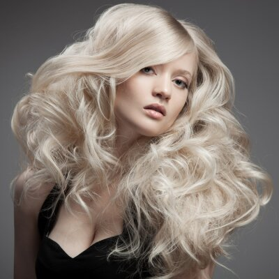 Obraz Krásná žena. Kudrnaté dlouhé vlasy
