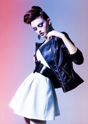 Obraz krásná žena, oblečená elegantní punku představuje dramatický