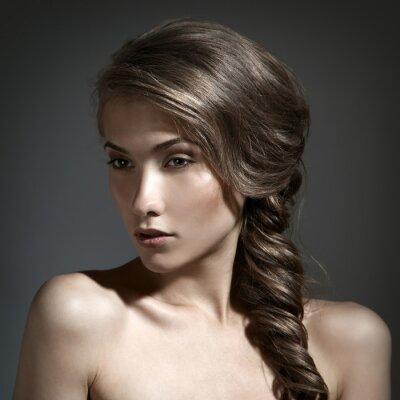 Obraz Krásná žena portrét. Dlouhé hnědé vlasy