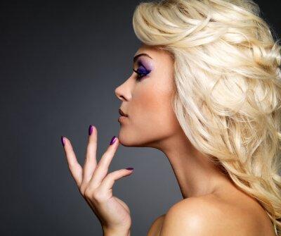 Obraz Krásná žena s krásou fialová manikúra a make-up očí.