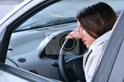krásná žena spí v autě