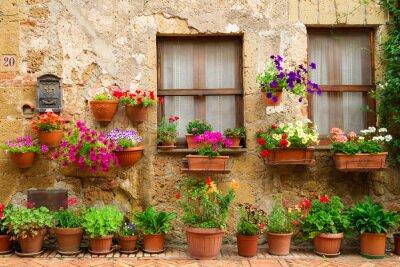 Krásné ulice zdobená květinami v Itálii
