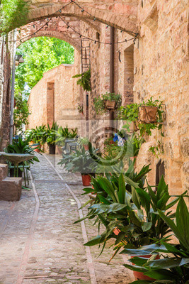 Krásné zdobené ulici v malém městečku v Itálii v létě, Umbria