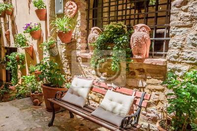 Krásné zdobené ulici v malém městečku v Itálii v slunečný den, Umbria