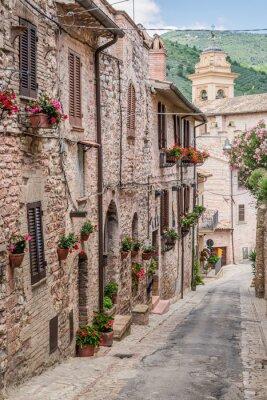 Krásné zdobené veranda v malém městečku v Itálii v létě, Umbria