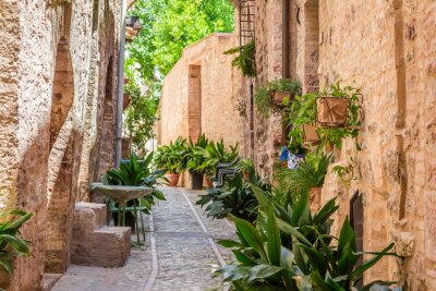 Krásné zdobené veranda v malém městečku v Itálii v slunečný den, Umbria