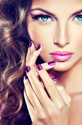 Obraz krásný model s kudrnatými vlasy a fialová manikúra