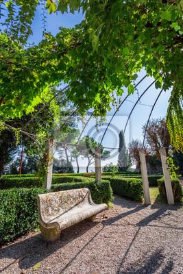 Krásný park s kamennou lavičku v malém městečku v Toskánsku