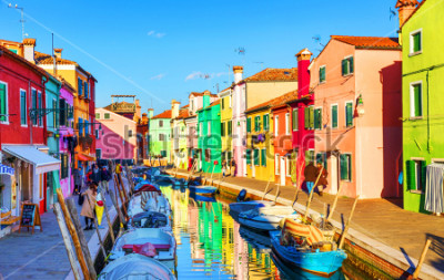 Obraz Krásný výhled na kanály Burano s čluny a krásné, barevné budovy. Burano vesnice je známá pro své barevné domy. Benátky, Itálie.
