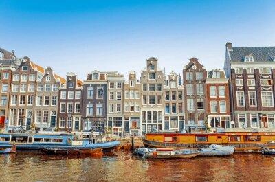 Obraz Krásný výhled z amsterdamských vodních kanálů s mostem a typický holandský