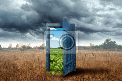 Obraz Kreativní pozadí. Staré dřevěné dveře, modrá barva, v krabici. Přechod do jiného klimatu. Koncept změny klimatu, portál, magie. Kopírovat prostor.