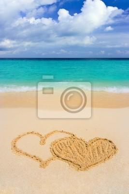 Kreslení spojených srdcí na pláži