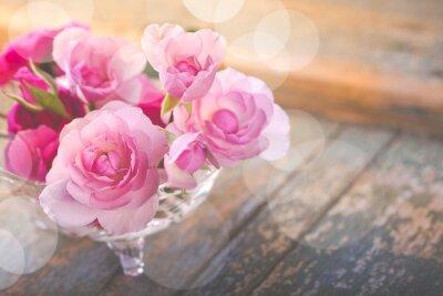 Obraz Kytici růžových květů na staré zvětralé dřevo