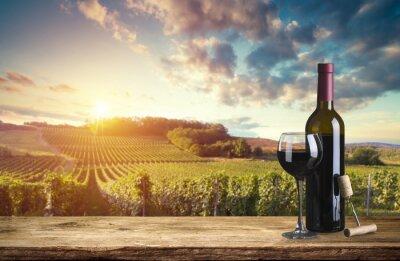 Obraz Láhev červeného vína a sklenice na víno na barel wodden. Krásné pozadí Toskánsko