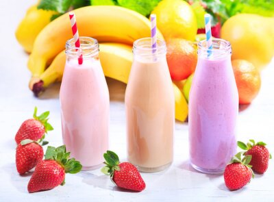 Obraz láhve smoothie s čerstvým ovocem
