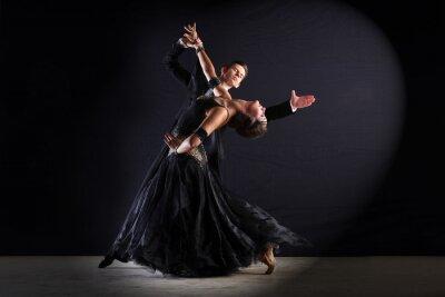 Obraz Latino tanečníci v sále izolované na černém