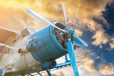 Obraz letadlo s vrtulí na krásný světlý západ slunce pozadí oblohy