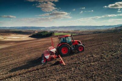 Obraz Letecký pohled na traktory pracující na poli sklizně