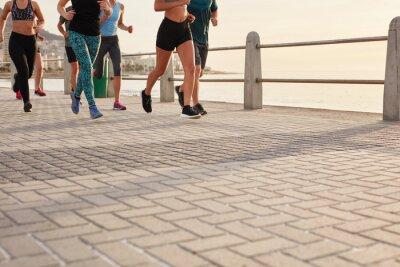 Obraz Lidé běží na ulici, přímo u moře