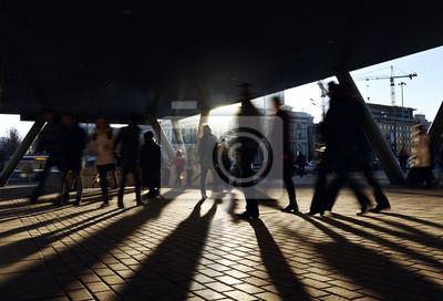 Lidé chodí v blízkosti stanice metra.