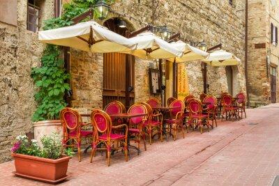 Malá kavárna na rohu starého města v Itálii