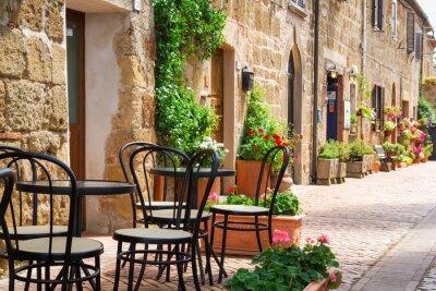 Malé restaurace u ulice na Starém Městě itálie