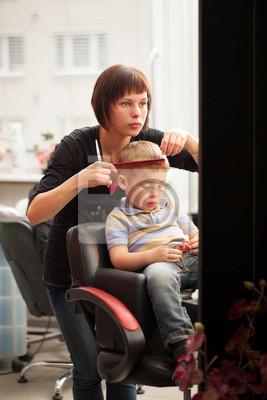 Obraz Malý chlapec dostat účes od kadeřníka