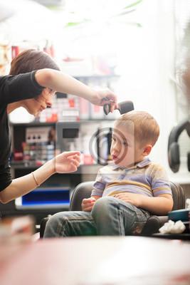 Malý chlapec, který má střih vlasů v salonu