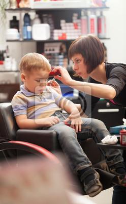 Malý chlapec na kadeřníka