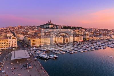 Marseille, Francie - 03.08.2017: Starý přístav a bazilika Notre Dame
