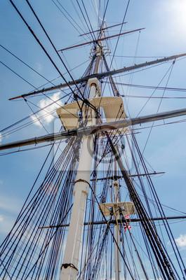 Mast loď proti modré obloze