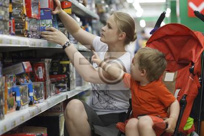 Matka a syn nakupování na hračky