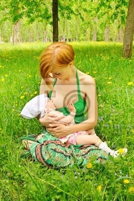 Matka krmení svého dítěte