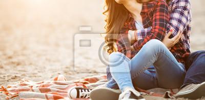 Obraz Milující pár objímá na pláži